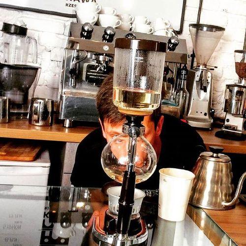 Dzisiejszego dnia zapraszamy na pyszną, świeżo wypaloną kawę przygotowaną alternatywnie w syphonie, proces przygotowania oraz smak który uzyskamy z tego urządzenia mocno Was zaskoczy - zapraszamy do Kawy Rzeszowskiej ul. Kościuszki 3 w podwórzu, Rzeszów Syphon Smakprawdziwejkawy Rzeszów Rzeszów Coffee Coffeetime Barista Aeropress Mobilnakawiarnia Kawa Instamood Instagood Instalove Instacoffee Igersrzeszow Kawarzeszowska Coffebreak Coffeetogo Coffeelove Love Photooftheday Happy Bestoftheday Instamood herbatakawasamasieniezrobi kawarzeszowskakawiarnia chemex syphon