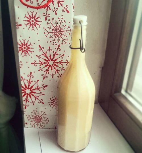 Gestern habe ich einen Likör nach dem Rezept von @experimenteausmeinerkueche zubereitet - Weiße Schokolade mit Amaretto 😋🍶. Er eignet sich perfekt zum Verschenken und schmeckt wirklich himmlisch Geschmacksexplosionundso 💁. Auf jeden Fall kann ich euch alle Rezepte der lieben Yvonne ans Herz legen. Sie sind alle super einfach in der Zubereitung und schmecken einfach fantastisch 😍. Christmas Likör Weißeschokoladeamarettolikör Weisseschokolade Christmaspresent Weihnachtsgeschenk Experimenteausmeinerkueche Yummy