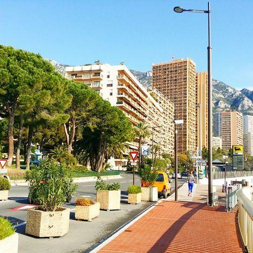 Balade urbaine dans Monaco , vue sur la Méditerranée