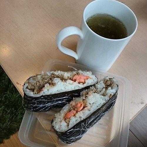 おにぎらず(鮭、挽肉)と梅昆布茶(とろろ昆布入り) Lunch おにぎらず Japanesefood