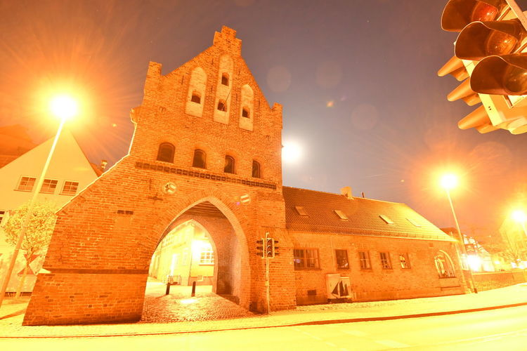 Zu Besuch in Wismar Langzeitbelichtung Long Exposure Long Exposure Night Photography Wismar Mecklenburg-Vorpommern Germany Deutschland Altstadt Architecture Built Structure Building Exterior Sky Lens Flare Illuminated Sun Arch History The Past Sunlight Building Nature Orange Color No People Sunbeam Street Light City Outdoors Bright Brightly Lit