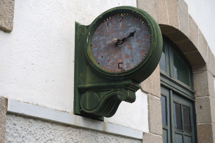 old railroad station damaged clock face Architecture Brocken Building Exterior Clock Clock Face Close-up Damaged Estação De Comboio Estragado Minute Hand No People Old Clock Old Clocking In Machine OLD CLOCKS Outdoors Partido Railroad Station Relógio  Relógio Velho Time