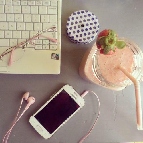 Blogger Blogger Desk Break Time Desk Healthy Living Healthy Snack Pink Smoothie  Pink Stuff Smoothie