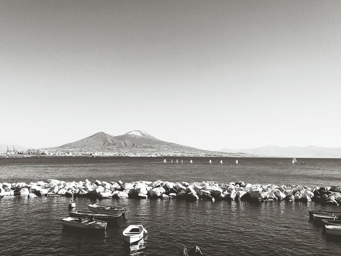 Napoli, il Vesuvio con neve... Mare Golfo Di Napoli Naples Italy Bay Vesuvius  Barche A Vela Bianco E Nero Napoli Naples