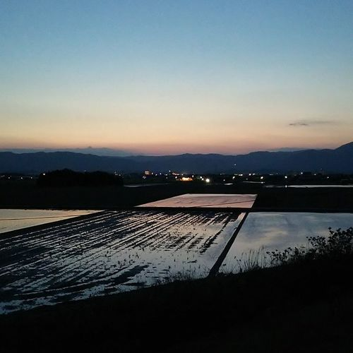 昨日のジョギング中に。堤防の上から。 なんか、絵の具のパレットを洗い始めた色合いみたいになってて面白い。 空 昨日の空 Sky 景色 風景 田んぼ 田植え 田舎 Run Japan 絵の具 パレット 無加工