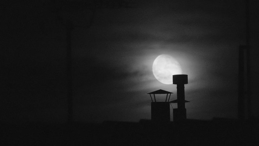 Anoche en Valladolid Night Moon No People Silhouette Sky Outdoors Nature Halloween Astronomy Oil Pump Springtime Eyeem Market Art Is Everywhere Eyeem Photography Valladolid🇪🇸 Bnw_magazine The Week On EyeEm Bnw_captures Bnw_collection Bnwphotography Bnw Bnwmood Architecture Building Exterior Vacations