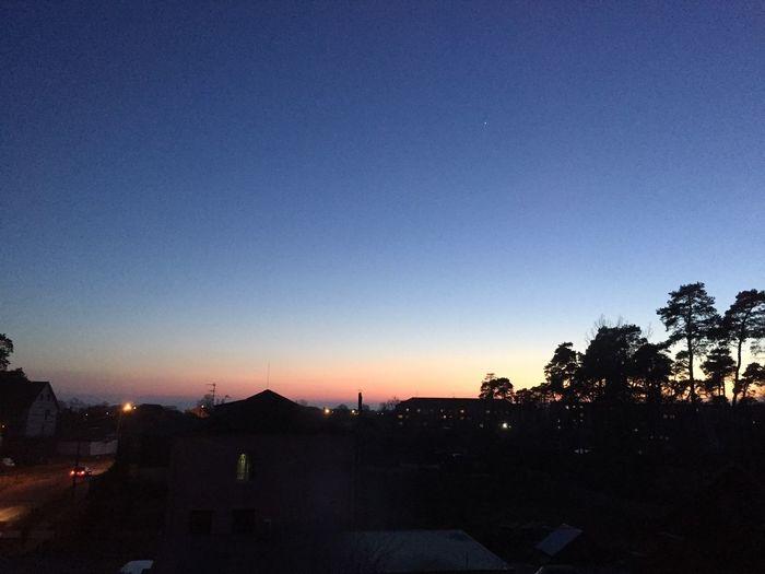 Закат разлил по небу краску...