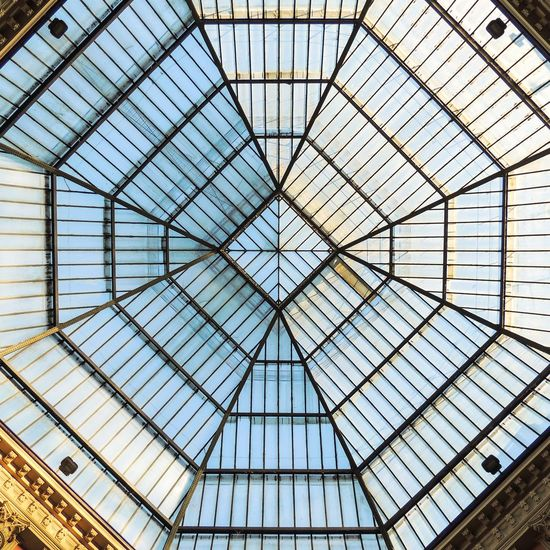Modern Backgrounds Roof Full Frame Pattern Ceiling Glass - Material Architecture Sky Built Structure Skylight Triangle Architectural Design Cupola LINE Pyramid Architecture And Art Architectural Detail Glass Directly Below Geometric Shape Building Atrium Architectural Feature The Architect - 2018 EyeEm Awards