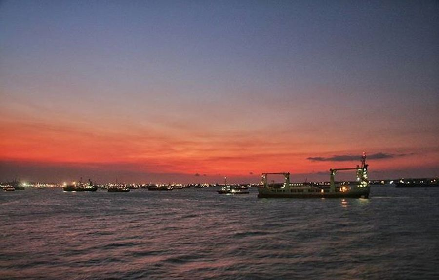 After sunset Beginilah suasana setelah senja di lautan sekitar pelabuhan Tanjung Perak, Surabaya Upload bersama @instanusantara Instanusantara Inub7477 Instanusantaramakassar Jelajahsulsel Visitsouthsulawesi @instanusantarasurabaya Instapinrang Instanusantarasurabaya Instamakassar