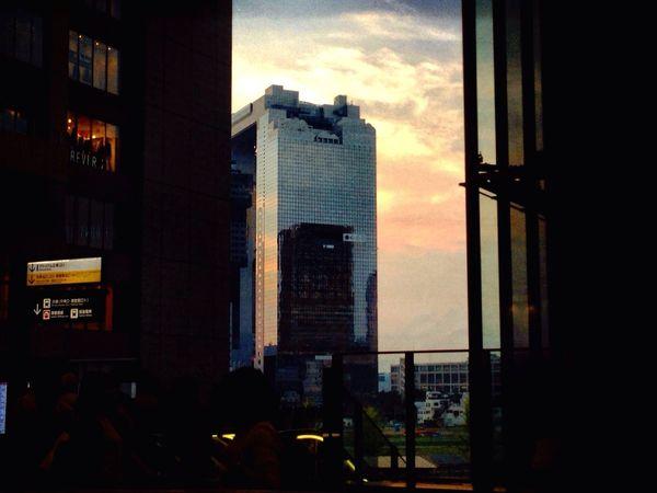 帰り途。。 On the way home Sunset Silhouettes Reflections And Shadows 気持ちいい秋晴れ☀︎ Clear Sky Autumn 2016 いつも通る道 Osaka Station