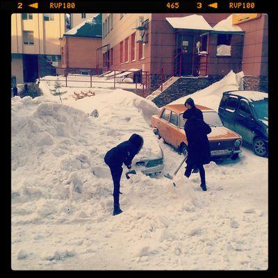 Откапывают машину Новосибирск Novosibirsk Winter Snow Siberia снег зима улица Streetphotography Novosibirsk City сибирь
