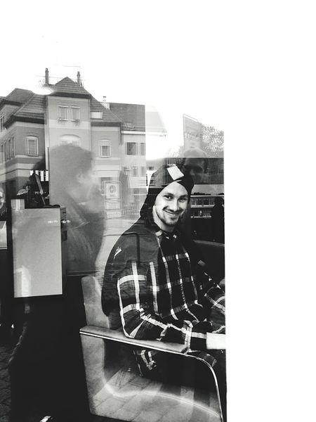ERWISCHT ;) Friseur Läuft Window Vscocam TheWeekOnEyeEM Blackandwhite Bwphotography Schorndorf Styling Upclose Street Photography Waiting Game
