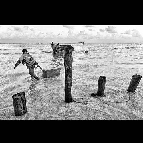 Beginilah kehidupan sehari² disetiap pagi nya para nelayan di desa MalangRapat Kab. Bintan  Prov. Kepulauanriau baru pulang dari melaut dgn membawa satu kotak ikan hasil tangkapannya. @pfijogja Pfijogja PfiJogjahitamputih Sayembarafotopfijogja