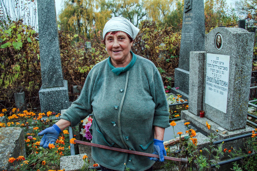 Adult Adults Only Cheerful Day Flower Front View Jewish Cemetery Looking At Camera Nature One Man Only One Person Outdoors People Portrait Smiling Standing Tombstone Tree