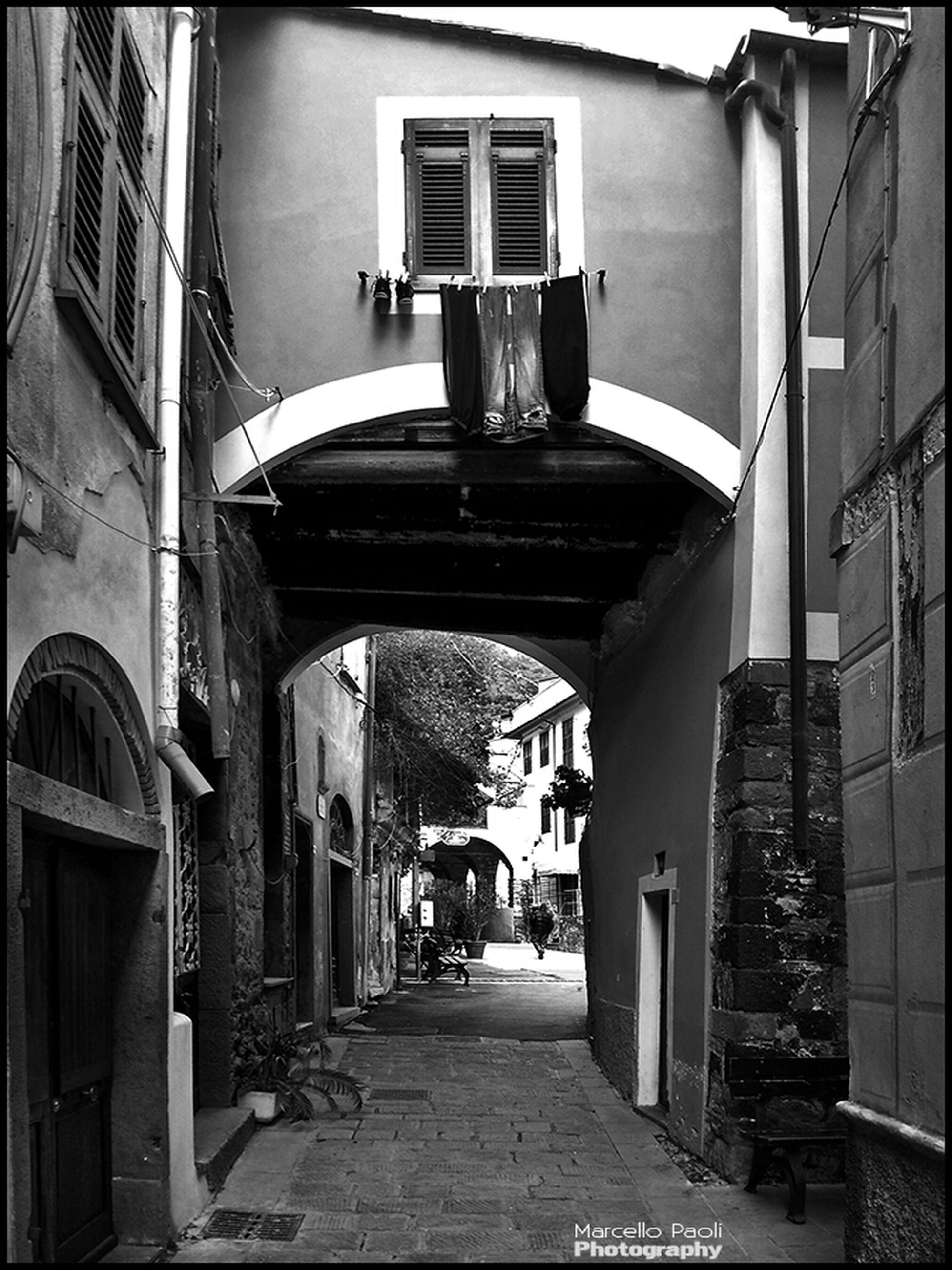 architecture, built structure, building exterior, the way forward, narrow, residential building, residential structure, building, diminishing perspective, alley, house, empty, arch, street, city, window, vanishing point, long, walkway, cobblestone