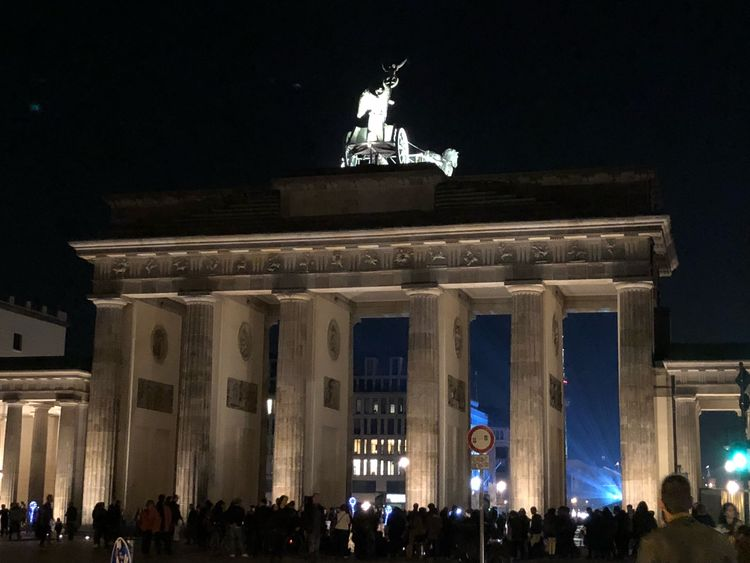 Brandenburg Gate Crowd Travel Destinations Berlin Festival Of Lights Festival Of Lights Lightshow Night Lights Nightphotography Night Pariser Platz Brandenburgertor Brandenburg Gate Brandenburger Tor Berlin Photography Berlin Illuminated Tourism Night Crowd Large Group Of People Travel Destinations Group Of People Architecture City Tourist Travel Statue Low Angle View Sculpture Building Exterior History
