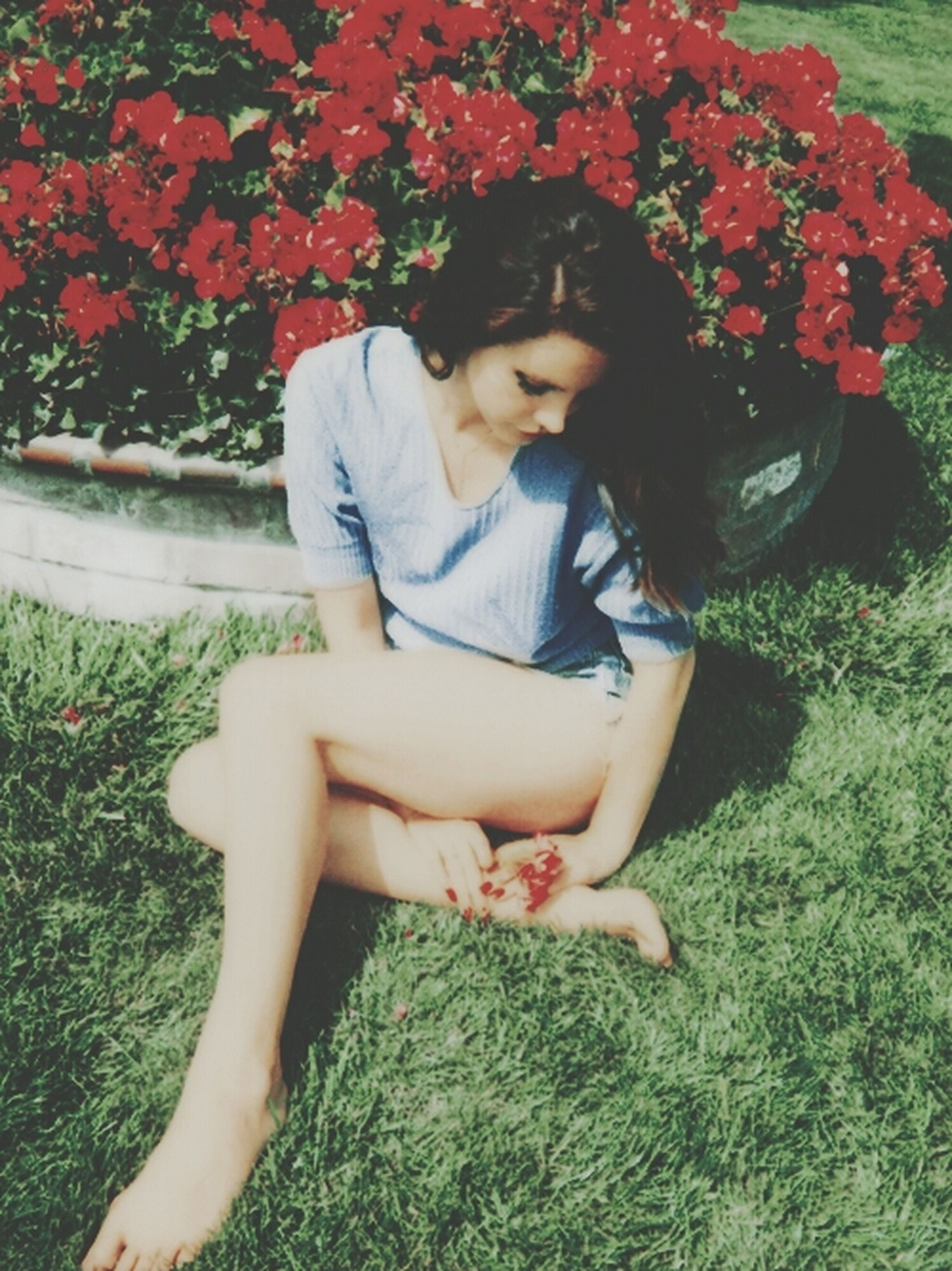 young adult, person, lifestyles, young women, leisure activity, casual clothing, looking at camera, smiling, sitting, flower, portrait, grass, front view, three quarter length, park - man made space, full length, happiness