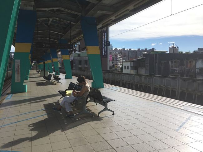 等火車。 Taiwan Photographer Taiwan Beautiful View Train Train Station Architecture Real People City Day Transportation Sunlight Shadow People