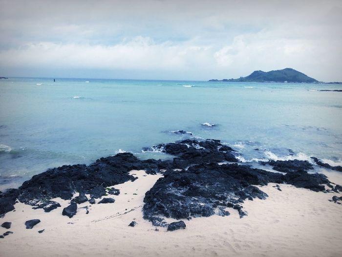 제주도 금능해수욕장 앞에 비양도도 보여. 협재해수욕장 옆에 있는 해변인데 이쁘다 ~~ 나중에 다시 꼭 와서 수영 해볼 거야. Beach