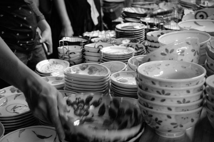「せともの祭」二日めの夜には打ち上げ花火があって、もし瀬戸物をお探しならこの時間がオススメ!みんな花火を見てるから露店は空いてるし、お店の人は帰りの荷物を減らしたいのでプライスダウンしてます!交渉次第ではかなりのお得かも♪ Seto せともの祭 瀬戸物 Night Monochrome Monochrome Photography