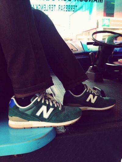 Jangan liat cowok dari kendaraannya, tapi liat dari sepatu nya.. New Balance 996 Jakarta