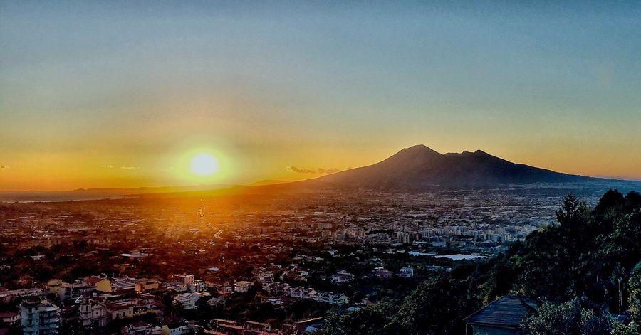 """""""Il tramonto è come un bambino che apre una confezione di pastelli e si diverte a impiastricciare la faccia di Dio."""" Sunset Sky Mountain Vesuvio Nature Outdoors"""