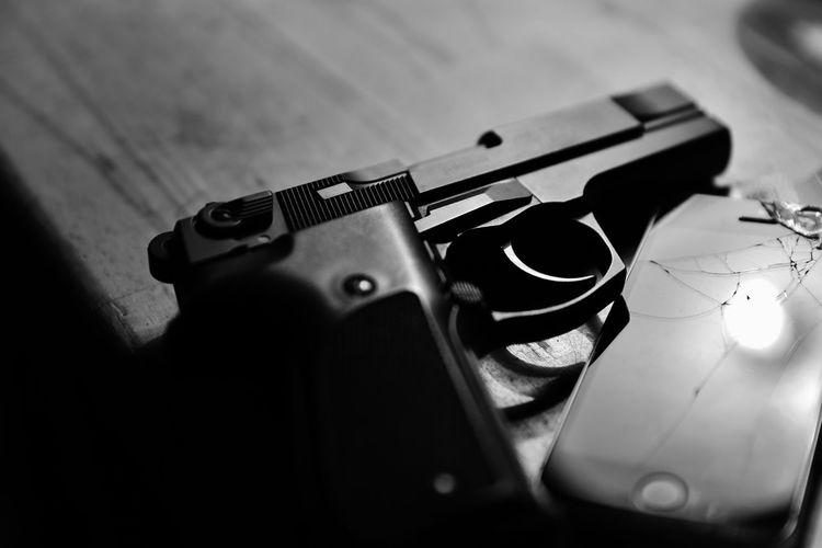 Handy Trzoska Aggression  Crime Gun Handgun Indoors  No People Pistole S/w Selective Focus Still Life Telefon Warning Sign Weapon