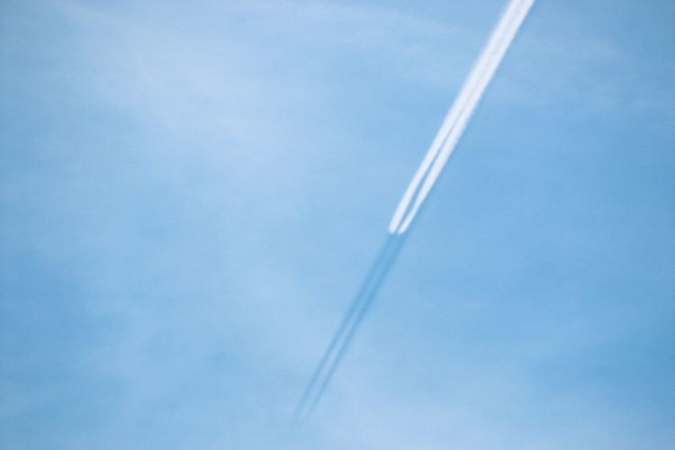 Flugzeug im Schattenflug Chemtrail shadow Footage  Disclosure Chemtrails Akte X Area51photography Cloud - Sky Vapor Trail Sky No People Blue Low Angle View Transportation Air Vehicle Airplane Smoke - Physical Structure