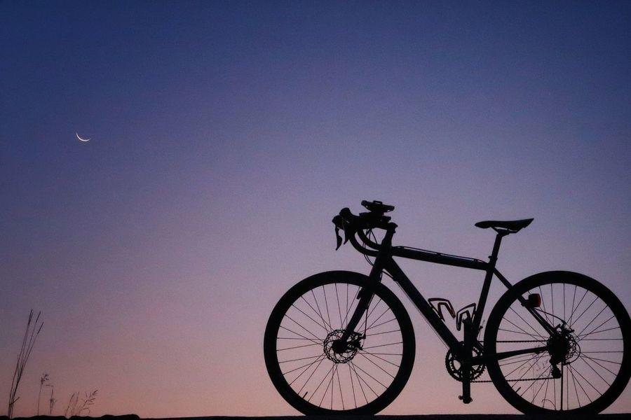 朝 日の出前 日の出 自転車 月 ロードバイク 三日月 Bicycle Moon シルエット サイクリング ポタリング 空 ソラ Sky Land Vehicle Star - Space Transportation Night Sunrise Silhouette Urban Skyline グラデーション EyeEm Daily Nature Beauty In Nature