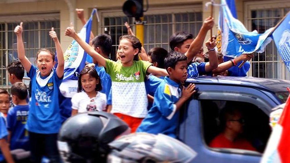 Seluruh masyarakat Bandung dari anak-anak sampai orang tua turun ke Jalan untuk merayakan kemenangan Persib pada Piala Presiden 2015 Televisinet Bandung Bandungbanget Taman Regramtime Regram INDONESIA Vscocam Fullcolor Mix Persib Bobotoh @televisinet