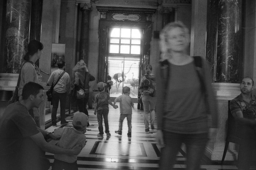 In the museum. 35mm Film Black And White Exakta 3.5-4.5/35-70mm Film Photography Indoors  Naturhistorisches Museum Random People Rollei RPX 400 Snapshot