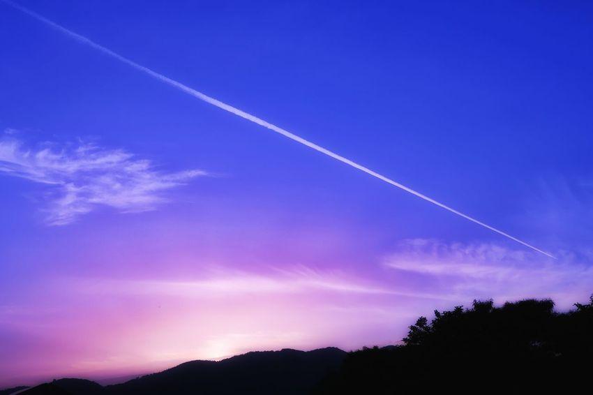 飛行機雲 ひこうき雲 雲 青空 空 山 写真好きな人と繋がりたい 写真を撮ってる人と繋がりたい 夕焼け 夕焼け空 夕陽 Jetstream Jet Stream Cloud Sky Blue Blue Sky Mountain Forest 写真好き Sunset Picture EyeEm Nature Lover Nature Beauty In Nature
