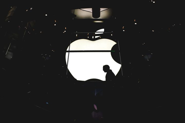 Office Apple Apple Store Lighting Equipment Night Indoors  Illuminated Silhouette Real People Arts Culture And Entertainment People Event Lifestyles Dark Light