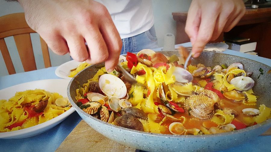 ShareTheMeal Human Hand Midsection High Angle View Food And Drink People Healthy Eating Food Plate Indoors  Close-up Ready-to-eat First Eyeem Photo Fish SEAFOOD🐡 Miseria E Nobiltà Toto' Sharefood,smile&Life Share Food