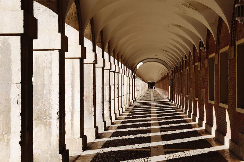 Corridor of building. porche. pórtico. atrio. galería.