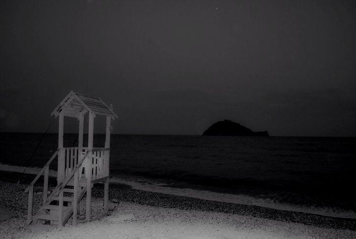 Il mare in bianco e nero Vanishing Point Nikon Nikonphotography Tadaa Community Italia Albenga Relax Sea Beachphotography EyeEm Best Shots