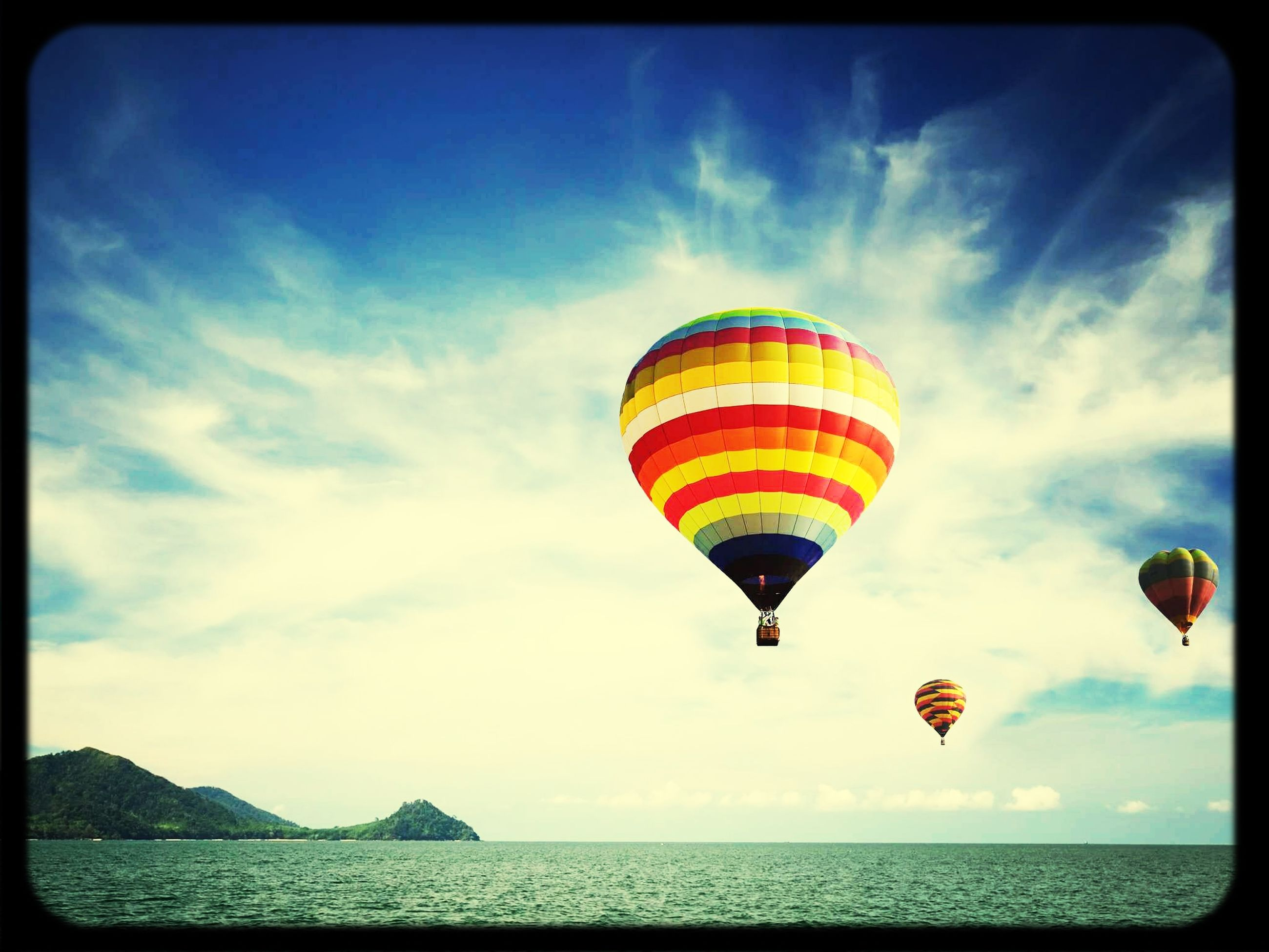 sea, sky, horizon over water, water, beach, parachute, cloud - sky, blue, transfer print, tranquil scene, scenics, tranquility, cloud, flying, multi colored, beauty in nature, leisure activity, vacations, nature, mid-air