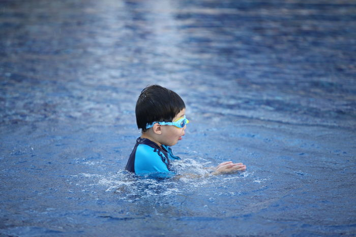 Child One Boy Only Children Only Childhood Water Swimming Pool Males  One Person Blue Boys Swimming Summer Wave Sport Splashing Motion People Playing Outdoors Swimming Goggles Sommergefühle