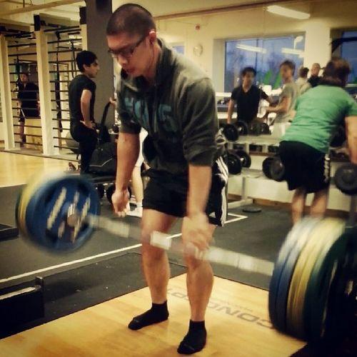 Fyra reps på 185kg, heavy ass weights asså. Lyckades även kötta 60x3 på bicepscurl trots trötthet, lyckat pass. Marklyft Fitness Traning Halsa orka styrkelyft boom träna kämpa