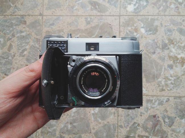 Kodak Retina 1b Camera - Photographic Equipment Human Hand Photographing Old-fashioned Close-up Camera Day Lens - Eye Analog Lieblingsteil
