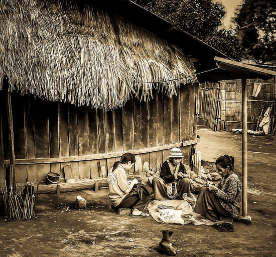 Bewohner eines Bergdorfes in Thailand Outdoors Mountain Village Village Photography Thailand Village Photography Village Quiet Moments People At Work Sitting On The Ground Village Life In Thailand Village Life Village View Living With Nature Day People Real People People And Places Summer Exploratorium Visual Creativity Focus On The Story