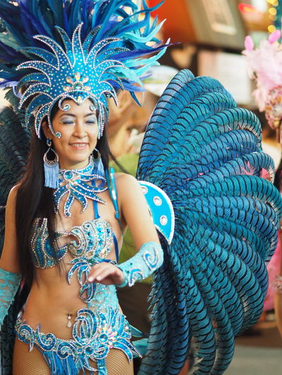 格好良い女性でした!観客に求められて、記念撮影してた(笑)。望遠レンズ付けてファインダー覗いてたら、近づいてるのに気付かず羽根が顔に触れて、ウワってなるという(笑)。サンバカーニバル Dancing Woman Samba Street Streetview Streetphotography Excited Taking Pictures Taking Photos Snapshot Snapshots Of Life Snap