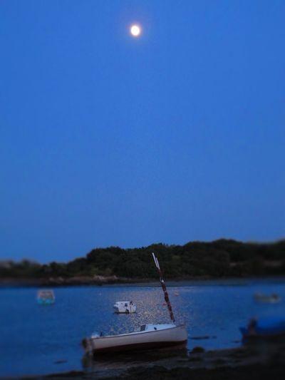 Eyeemphoto après le coucher de soleil, le lever de lune! Boat Moon Bretagne Saintcado