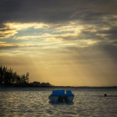 Coucher de soleil a l'île #Maurice #sunset #Mauritius Sunset_greece Globe_travel Sunset Cs_reality Mauritius Maurice Igworldclub Ic_wow Allshots_ Stunning_shots Igs_photos Urm_feature Worldingram Ilovethisplace Igworldclub_team Igersmauritius World_specialist