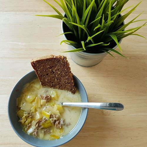 Suppen-Tag! Eine schmackhafte Käse-Lauch-Hackfleisch-Suppe...leider etwas zu heiß und ich warte gerade, dass sie abkühlt. 😅😂 Käse Lauch Hackfleisch Suppe Lecker Foodpic Foodlover Foodporn Gesund Mittag Gesundleben Gesundabnehmen Abnehmendurchkalorienzaehlen Abnehmenohnezuhungern Kcal Kalorienzählen Yazio Healthy