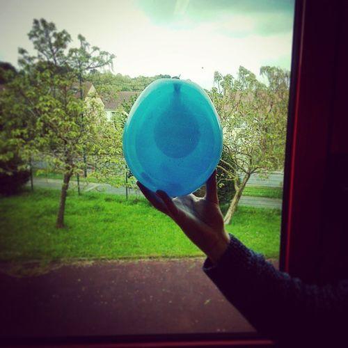 Défi réalisé en cours : Créer un packaging pour contenir un ballon rempli d'eau qui puisse résister a une chute de 3m. Et là première étape : Le ballon d'eau est contenu dans deux ballons remplis d'air. On s'éclate en MàNAA *-* Ballon Bleu Défi Manaa