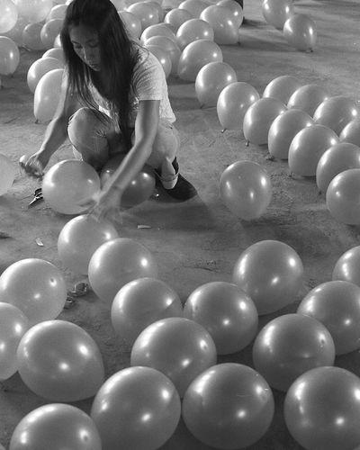 辉煌十年展 赵俊涛参展的是一件装置作品,图为赵在布展,把气球粘成一个很大的椅子形状。气球脆弱,一不小心就会破裂。制作过程费了一番功夫。 2005年 BEIJING北京CHINA中国BEAUTY SongZhuang Documentary Art