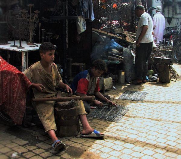 Kinderarbeit - Ihr Spielzeug ist aus Baustahl - für die Märkte auf der ganzen Welt - Marrakech Marokko Her Toy Is Made Of Strukturalist Stal Colorphotography Intended For The Whole World