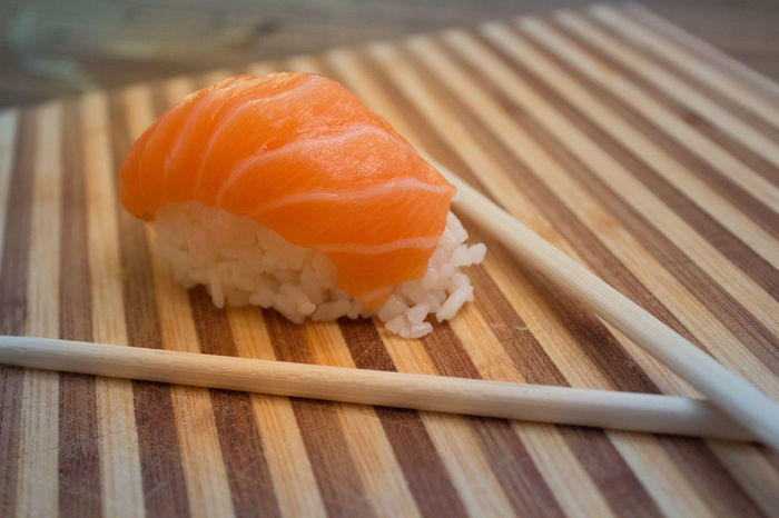 Nigiri Sushi mit Lachs Close-up Day Essstäbchen Fisch Fischfilet Food Food And Drink Freshness Healthy Eating Holz Holzbrettt Indoors  Lachs Lila Nigiri No People Reis Roh Stäbchen Sushi Sushi Time Vegetable Wood - Material