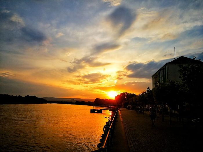 Wiesbaden - Biebrich am Abend / Wiesbaden - Biebrich at the Evening Sunset Sunset_collection Water Sunset Sea Sky Architecture Built Structure Cloud - Sky Building Exterior Silhouette Sun Shining Streaming Sunbeam Horizon Over Water Orange Color